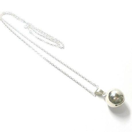 銀の鈴のネックレス