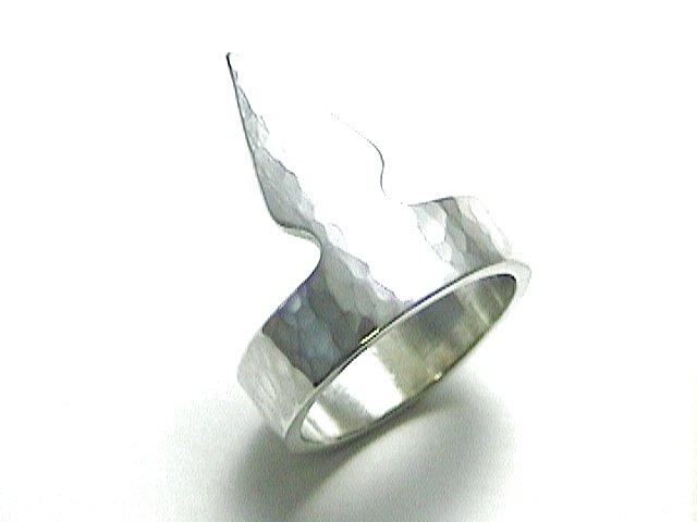 ペン先と正方形をモチーフにしたリング