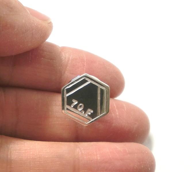 セミオーダーメイドのベンゼン環ピンブローチ
