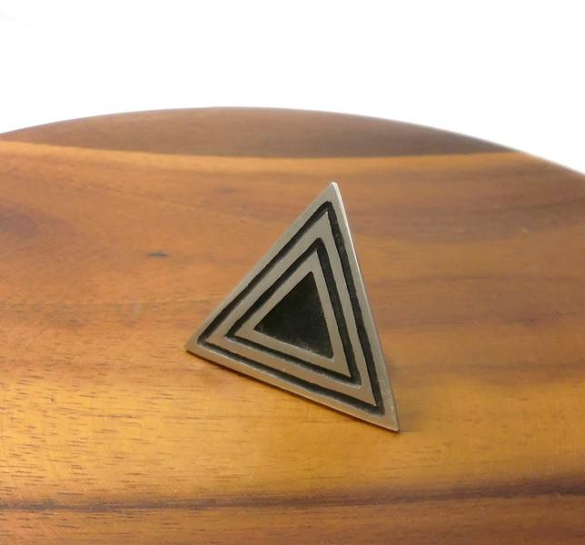 オーダーメイドシルバーアクセサリー/三角形のピンバッチ