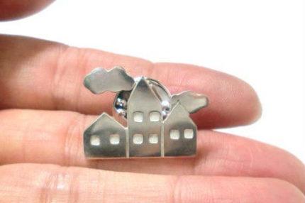 3つのお家と雲のピンブローチ