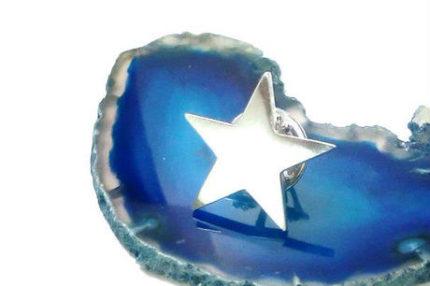 星型のピンブローチ